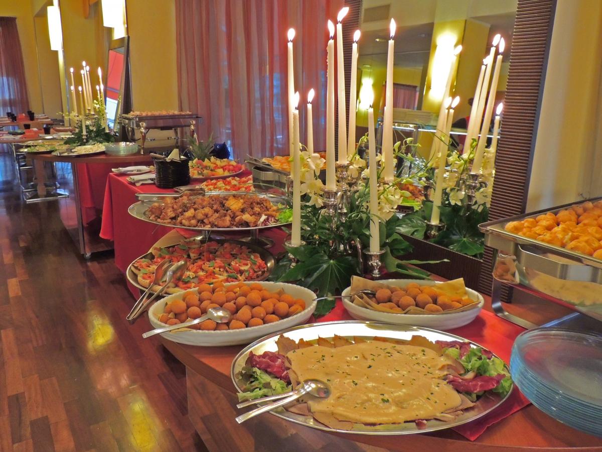 buffet-cena-elegante-candele-cattolica